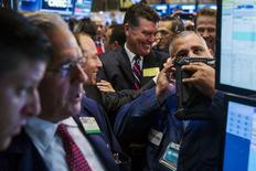 Operadores trabajando en la Bolsa de Nueva York, 1 de julio de 2015. Las acciones abrieron al alza el jueves en la bolsa de Nueva York tras la divulgación de un dato que mostró un crecimiento menor de lo esperado en los empleos en Estados Unidos, lo que reduce las posibilidades de un alza en las tasas de interés en septiembre. REUTERS/Lucas Jackson