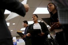 Personas buscando empleo escuchan a un posible empleador durante una feria de trabajos en San Francisco, California, 4 de junio de 2015. El crecimiento del empleo en Estados Unidos se moderó en junio y muchos estadounidenses salieron de la fuerza laboral, debilitando las expectativas de que la Reserva Federal suba las tasas de interés en septiembre. REUTERS/Robert Galbraith/Files
