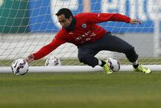 Goleiro do Chile, Claudio Bravo, treina em Santiago, no Chile. 30/06/2015 REUTERS/Ueslei Marcelino