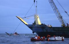 Membros da Guarda Costeira das Filipinas tentam recuperar destroços da balsa naufragada MBCA Kim-Nirvana perto do porto em Ormoc, centro das Filipinas, nesta quinta-feira. 02/07/2015 REUTERS/Alan Kristofer Motus