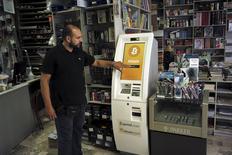 Homem demonstra uso de caixa eletrônico de Bitcoin em livraria em Atenas. 30/06/2015 REUTERS/Dimitris Michalakis