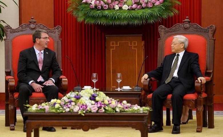 U.S. Secretary of Defense Ash Carter (L) and Vietnam's Communist Party General Secretary Nguyen Phu Trong talk at the party's headquarters in Hanoi June 1, 2015. Carter discussed his call for an end to island-building in the South China Sea in talks on Monday with his Vietnamese counterpart, who said Vietnam had not expanded its islands but had done work to prevent wave erosion. REUTERS/Hoang Dinh Nam/Pool - RTR4YCMV