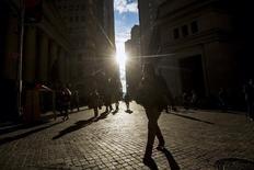 Personas caminando por el distrito financiero de Wall Street en Nueva York, 30 de octubre de 2014. El crecimiento de la actividad empresarial global registró su ritmo más débil en junio desde el inicio del año, debido a que las firmas elevaron los precios a su tasa más veloz en nueve meses, arrojó un sondeo el viernes. REUTERS/Brendan McDermid