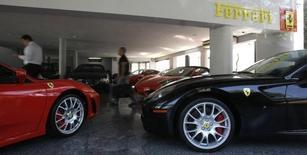 Ferrari pourrait être valorisée au moins dix milliards d'euros pour son introduction en Bourse, prévue d'ici la fin de l'année, selon Sergio Marchionne, l'administrateur délégué de Fiat Chrysler Automobiles (FCA), la maison mère de la marque automobile de luxe. /Photo d'archives/REUTERS/Paulo Whitaker