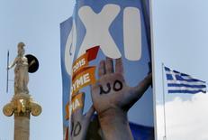 """En la imagen, un cartel pidiendo el apoyo para el 'No' en el referéndum en una calle de Atenas, en una fotografía tomada el 4 de julio de 2015 en la capital griega. El ministro de Finanzas griego acusó a los acreedores de tratar de """"aterrorizar"""" a los griegos para que acepten la austeridad, advirtiendo de que Europa tenía tanto que perder como Atenas si el país se ve obligado a salir del euro tras el referéndum del domingo sobre los términos del rescate.  REUTERS/Yannis Behrakis"""