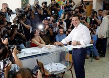 En la imagen, el primer ministro griego, Alexis Tsipras, vota en un referendo nacional en Atenas, Grecia, el 5 de julio. Los griegos votaban el domingo si aceptaban o rechazaban las duras condiciones de una oferta de ayuda internacional para evitar el colapso financiero del país en un referendo que probablemente determinará su futuro en la zona euro. REUTERS/Christian Hartmann - RTX1J23W