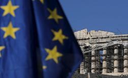 En la imagen de archivo se aprecia una bandera de la Unión Europea y al fondo, el antiguo Partenón de Atenas, en Grecia, el 4 de julio de 2015. Cuatro grandes crisis en la periferia de Europa amenazan con engullir a la Unión Europea, lo que podría hacer retroceder en décadas al ambicioso proyecto de unificación continental iniciado tras la Segunda Guerra Mundial. REUTERS/Christian Hartmann - RTX1J09F