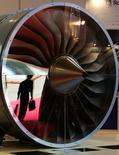 Rolls-Royce réduit ses prévisions de résultats pour cette année et la suivante, évoquant la faiblesse persistante des marchés du pétrole et du gaz, ainsi qu'une baisse de la demande pour certains de ses moteurs d'avions. /Photo d'archives/REUTERS