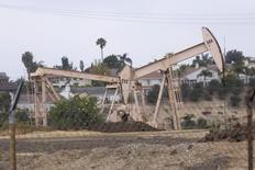 Станки-качалки в Лос-Анджелесе 6 мая 2008 года. Цены на нефть снижаются, так как греки отвергли меры жесткой экономии, необходимые для получения новых кредитов, а правительство Кит ая приняло беспрецедентные меры для предотвращения краха фондового рынка. REUTERS/Hector Mata