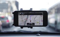 La aplicación Waze, vista en un smartphone, ilustración fotográfica tomada en Tel Aviv, 9 de mayo de 2013. La compañía de mapeo en línea Waze, propiedad de Google, está poniendo en marcha un programa piloto para compartir auto en Israel, donde los participantes pagan una pequeña suma a un conductor para ser trasladados hacia o desde el trabajo. REUTERS/Nir Elias