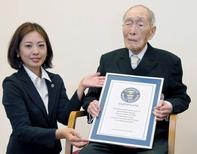 Sakari Momoi, qui était l'homme le plus âgé au monde, est décédé à l'âge de 112 ans, selon les médias japonais. Cet ancien enseignant était né en février 1903 dans la région de Fukushima. Son successeur serait un autre Japonais, Yasutaro Koide, né en mars 1903.  /Photo prise le 20 août 2014/ REUTERS/Kyodo