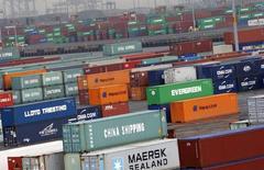 Contenedores para exportación en un puerto cerca de Nueva York, 2 de julio de 2009. El déficit comercial de Estados Unidos creció en mayo, alimentado por una caída de las exportaciones que podría acentuar las preocupaciones sobre la debilidad de la demanda internacional y la fortaleza del dólar. REUTERS/Mike Segar