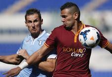 Leandro Castán, da Roma, disputa jogada com Miroslav Klose, da Lazio. 22/09/2013 REUTERS/Alessandro Bianchi