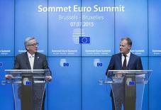 Le président de la Commission européenne Jean-Claude Juncker (à gauche) et Donald Tusk, président du Conseil européen, à Bruxelles. Réunis mardi au sommet à Bruxelles, les pays membres de la zone euro se sont donnés jusqu'au week-end pour s'accorder sur un plan d'aide. La Grèce a obtenu un sursis de moins de 48 heures pour présenter un plan de réformes et déposer une demande officielle d'aide au Mécanisme européen de stabilité (MES).  /Photo prise le 7 juillet 2015/REUTERS/Yves Herman