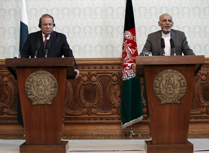 Afghan President Ashraf Ghani (R) and Pakistani Prime Minister Nawaz Sharif attend a news conference in Kabul, May 12, 2015. REUTERS/Omar Sobhani