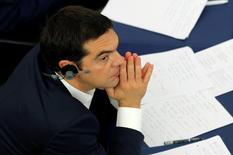 El primer ministro griego, Alexis Tsipras, asiste a un debate sobre Grecia en el Parlamento Europeo en Estrasburgo, el 8 de julio de 2015. El primer ministro griego, Alexis Tsipras, aseguró el miércoles al Parlamento Europeo que presentará nuevas propuestas de reformas esta semana para alcanzar un acuerdo de rescate que mantenga a Grecia en la zona euro. REUTERS/Vincent Kessler