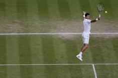 Tenista sérvio Novak Djokovic durante jogo contra o croata Marin Cilic no torneio de Wimbledon, em Londres, nesta quarta-feira. 08/07/2015 REUTERS/Henry Browne