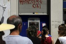 People line up at an ATM outside a Eurobank branch in Athens, Greece July 8, 2015.  REUTERS/Alkis Konstantinidis