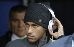 O jogador Neymar chega com a seleção brasileira para primeira rodada da Copa América, em Santiago, no Chile. 21/06/2015 REUTERS/Jorge Adorno