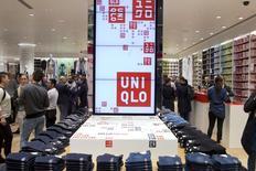 Le distributeur japonais Fast Retailing annonce une hausse de 36% de son bénéfice sur les neuf mois de septembre à mai en raison des ventes solides de sa chaîne de magasins Uniqlo et de la faiblesse du yen. /Photo d'archives/REUTERS/Axel Schmidt