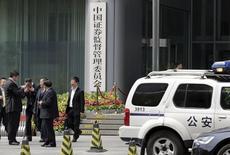 Las bolsas del país se han desplomado cerca de un 30 por ciento en las últimas tres semanas, y una serie de medidas cada vez más agresivas de las autoridades hasta el momento no han logrado detener el éxodo masivo de un mercado alguna vez en auge. En la foto, un coche de policía fuera de la sede central del regulador bursátil chino en Pekín el 9 de julio de 2015. REUTERS/Jason Lee