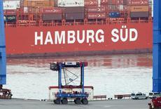 Una van transporta un contenedor en una terminal de envíos, en el puerto de Hamburgo, 9 de octubre de 2014. Las exportaciones alemanas subieron en mayo a su ritmo más acelerado este año, aumentando las expectativas de que la mayor economía de Europa exhiba un crecimiento sólido en el segundo trimestre después de expandirse modestamente en el primero. REUTERS/Fabian Bimmer