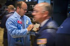 Operadores trabajando en la Bolsa de Nueva York, 9 de julio de 2015. Las acciones de Estados Unidos subían con fuerza el jueves tras la apertura, cuando las transacciones volvían a la normalidad en la Bolsa de Acciones de Nueva York un día después de que suspendió sus operaciones por casi cuatro horas debido a un desperfecto técnico. REUTERS/Lucas Jackson