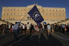 Bandeira da UE com logo do euro em protesto em frente ao Parlamento em Atenas 9/72015 REUTERS/Yannis Behrakis