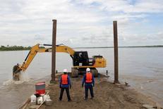 Una retroexcavadora dragando el río Magdalena en Barracabermeja, Colombia, jun 22 2015. El fuerte brazo de la excavadora penetra la superficie del turbio río Magdalena, dragando las rocas y los sedimentos de las aguas poco profundas, un primer paso para transformarlo en un importante motor de crecimiento económico para Colombia. REUTERS/Julia Symmes Coob