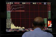 A Shanghai. Les marchés d'actions chinois étaient en forte hausse vendredi pour la deuxième journée de suite après les mesures de soutien mises en place par le gouvernement et malgré les interrogations sur les conséquences de la récente dégringolade boursière pour la croissance économique chinoise. /Photo prise le 10 juillet 2015/REUTERS/Aly Song