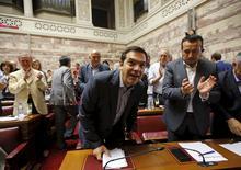Alexis Tsipras lors d'une réunion du groupe parlementaire Syriza à Athènes. Le gouvernement grec a transmis ses nouvelles propositions à ses créanciers de la zone euro dans l'espoir d'obtenir de l'argent frais et d'éviter la faillite et demandera vendredi au Parlement de voter un certain nombre de mesures immédiates. /Photo prise le 10 juillet 2015/REUTERS/Jean-Paul Pélissier