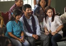 Filipina Mary Jane Veloso ao lado do boxeador do país Manny Pacquiao e sua mulher,  Jinkee Pacquiao. 10/07/2015 REUTERS/Ignatius Eswe