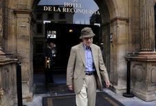 Woody Allen deixa hotel em Oviedo, Espanha 1/7/2015 REUTERS/Eloy Alonso