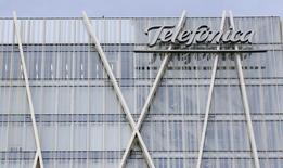 La sede de Telefónica en Barcelona en una fotografía de archivo tomada el 25 de febrero de 2015. Telefónica y La Liga de fútbol española anunciaron el viernes un acuerdo por el que la operadora comercializará en exclusiva en España los derechos de televisión de pago de la Primera y Segunda División y de la Copa de Rey en la temporada 2015/16. REUTERS/Albert Gea
