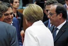 Премьер-министр Греции Алексис Ципрас, канцлер Германии Ангела Меркель и президент Франции Франсуа Олланд на саммите лидеров стран еврозоны в Брюсселе. 12 июля 2015 года. Лидеры еврозоны достигли договоренности с Грецией о дополнительной финансовой помощи в обмен на реформы после длившихся всю ночь переговоров в Брюсселе, сказал президент Европейского совета Дональд Туск в понедельник. REUTERS/Francois Lenoir