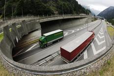 Neuf mois après l'abandon de l'écotaxe poids lourds au niveau national, l'idée d'une déclinaison régionale est avancée pour financer la part française du tunnel ferroviaire de la future ligne Lyon-Turin. /Photo d'archives/REUTERS/Michael Buholzer
