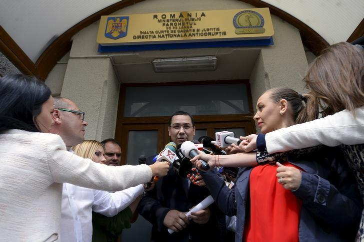 Romanian Prime Minister Victor Ponta addressess to media as he leaves the anti-corruption agency, locally known as the DNA, in Bucharest, Romania June 5, 2015.  REUTERS/Octav Ganea/Mediafax