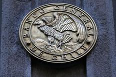 El emblema del Banco Central de Chile, visto en la puerta principal del edificio en el centro de Santiago, 25 de agosto de 2014. La oferta de crédito en Chile se mantuvo restrictiva en el segundo trimestre en comparación a los primeros tres meses del año, mientras que la demanda se percibió debilitada para la mayoría de los segmentos de financiamiento, reveló el lunes un sondeo del Banco Central. REUTERS/Ivan Alvarado