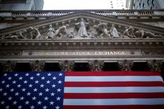 Wall Street a ouvert en nette hausse lundi, sous l'impulsion du secteur bancaire, en réaction à l'accord entre la Grèce et la zone euro qui ouvre la voie à un troisième plan d'aide pour Athènes. Le Dow Jones gagne 0,95%, à 17.928,77 dans les premiers échanges. Le Standard & Poor's 500 progresse de 0,80% à 2.093,23 et le Nasdaq prend 44,94 points à 5.042,64. /Photo d'archives/REUTERS/Eric Thayer