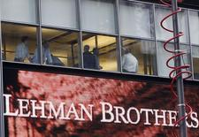 People look out of the window at the Lehman Brothers Holdings Inc building in New York September 15, 2008.  REUTERS/Joshua Lott