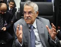 El ministro de Petróleo de Arabia Saudita, Ali al-Naimi, habla con periodistas antes de una reunión de ministros de petróleo de la OPEP, en Viena, Austria, 5 de junio de 2015. Arabia Saudita elevó su producción de crudo a un máximo récord en junio, ratificando su estrategia de defender la cuota de mercado y dando lugar a un alza en la demanda interna y global. REUTERS/Heinz-Peter Bader