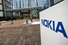 Nokia confirme qu'il pourrait à nouveau concevoir des combinés mobiles sous sa propre marque en 2016. /Photo d'archives/REUTERS/Roni Rekomaa/Lehtikuva