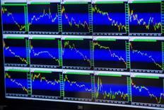 Экран с рыночными графиками на фондовой бирже в Нью-Йорке. 29 июня 2015 года. Американские компании в своих отчетах за второй квартал, как ожидается, сообщат о худшем снижении продаж почти за шесть лет, давая инвесторам повод беспокоиться о будущих прибылях. REUTERS/Lucas Jackson