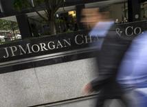Люди у центрального офиса JP Morgan Chase в Нью-Йорке. 20 мая 2015 года. Квартальная прибыль JPMorgan Chase & Co, крупнейшего американского банка по активам, выросла на 5,2 процента благодаря снижению расходов. REUTERS/Mike Segar