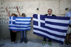 Manifestantes anti-UE protestam com bandeira grega em Atenas. 13/07/2015  REUTERS/Jean-Paul Pelissier