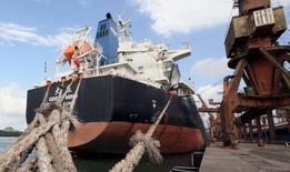 Navio chinês ancorado no Porto de Santos, em São Paulo.   19/05/2015   REUTERS/Paulo Whitaker
