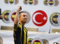 Atacante holandês Robin van Persie durante cerimônia de assinatura de contrato no clube turco Fenerbahce, em Istambul, na Turquia, nesta terça-feira. 14/07/2015 REUTERS/Osman Orsal