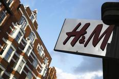 Вывеска H&M (Hennes & Mauritz) в Лондоне 15 января 2015 года. Продажи второго по величине мирового ритейлера одежды Hennes & Mauritz выросли в июне на 14 процентов в годовом выражении в местных валютах, совпав с предварительными данными. REUTERS/Luke MacGregor