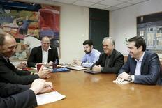 El primer ministro griego, Alexis Tsipras (dcha), el viceministro de Economía, Yanis Dragasakis (2do dcha), el ex ministro de Finanzas, Yanis Varufakis (2do izq) y el ministro de Economía, George Stathakis (izq) durante una reunión en el Ministerio de Finanzas en Atenas el 27 de mayo de 2015. El Banco Central Europeo podría enviar una señal positiva al Gobierno griego sobre dar más apoyo a los prestamistas griegos dos semanas antes de que Atenas firme un tercer acuerdo de rescate con sus acreedores, dijo el miércoles el ministro de Economía, George Stathakis. REUTERS/Alkis Konstantinidis