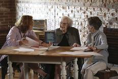 """La escritora Harper Lee (centro) habla con la documentalista y autora Mary McDonagh Murphy (izqda.) previo a la publicación del libro """"Go Set a Watchman"""" en Monroeville, Alabama, 30 de junio de 2015. La autora de """"Matar a un ruiseñor"""", Harper Lee, escribió un tercer libro que es inédito, dijo el martes un amigo cercano, añadiendo otra capa de misterio en torno a la novelista el día de la publicación de """"Go Set a Watchman"""". REUTERS/Mary Murphy & Company LLC/Handout"""